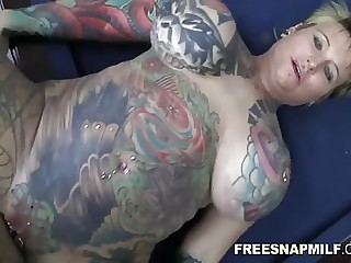 Tattooed MILF gets a hardcore fuck on their way full-grown congress